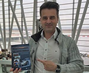 MT reptéren könyvemmel